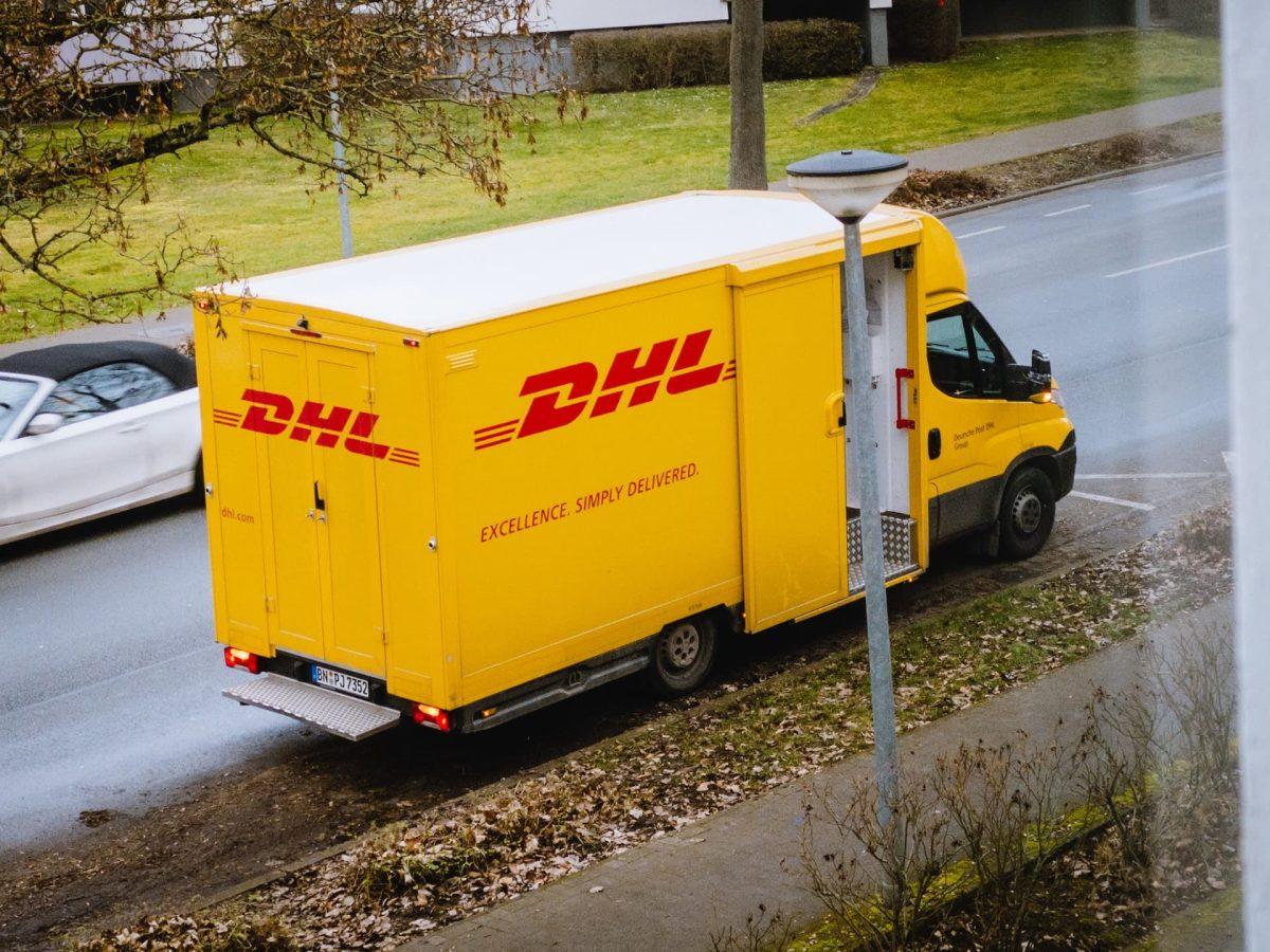 DHLについて徹底解説|概要や契約・発送方法について詳しくご紹介
